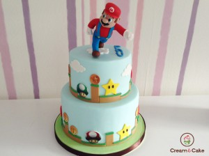 tarta decorada para cumpleaños con figura de supermario