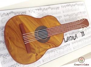 tarta celebracion aniversario decorada forma guitarra