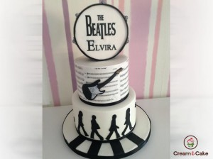tarta aniversario decorada con tema beatles
