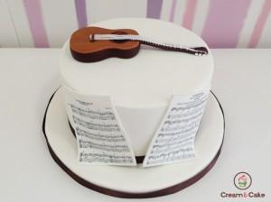 tarta cumpleaños musico con guitarra y partituras decorada con fondan
