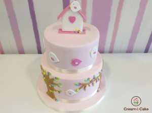 tarta para celebracion bautizo, decorada con figuras en fondan, pajaritos, flores, etc.