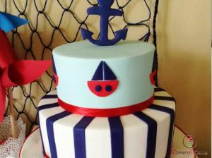 tarta con mesa dulce para comunion, con figuras de motivo marinero