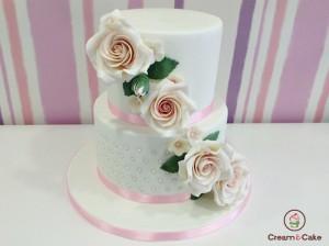 tarta comunion decorada con figuras, flores, en fondan, 2 pisos