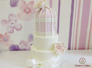 tarta celebracion comunion decorada con fondan, flores, lazos, muy elegante